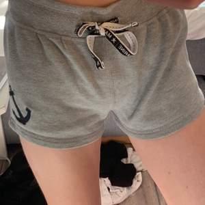 sköna shorts i mjukis-material. De finns snöre runt midjan (som man kan se lol)💫🥰