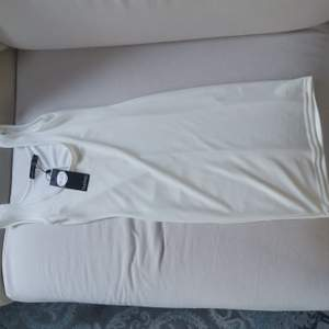 Figurnära, transparent, tight klänning perfekt för sommaren. Aldrig använd med läppar kvar.