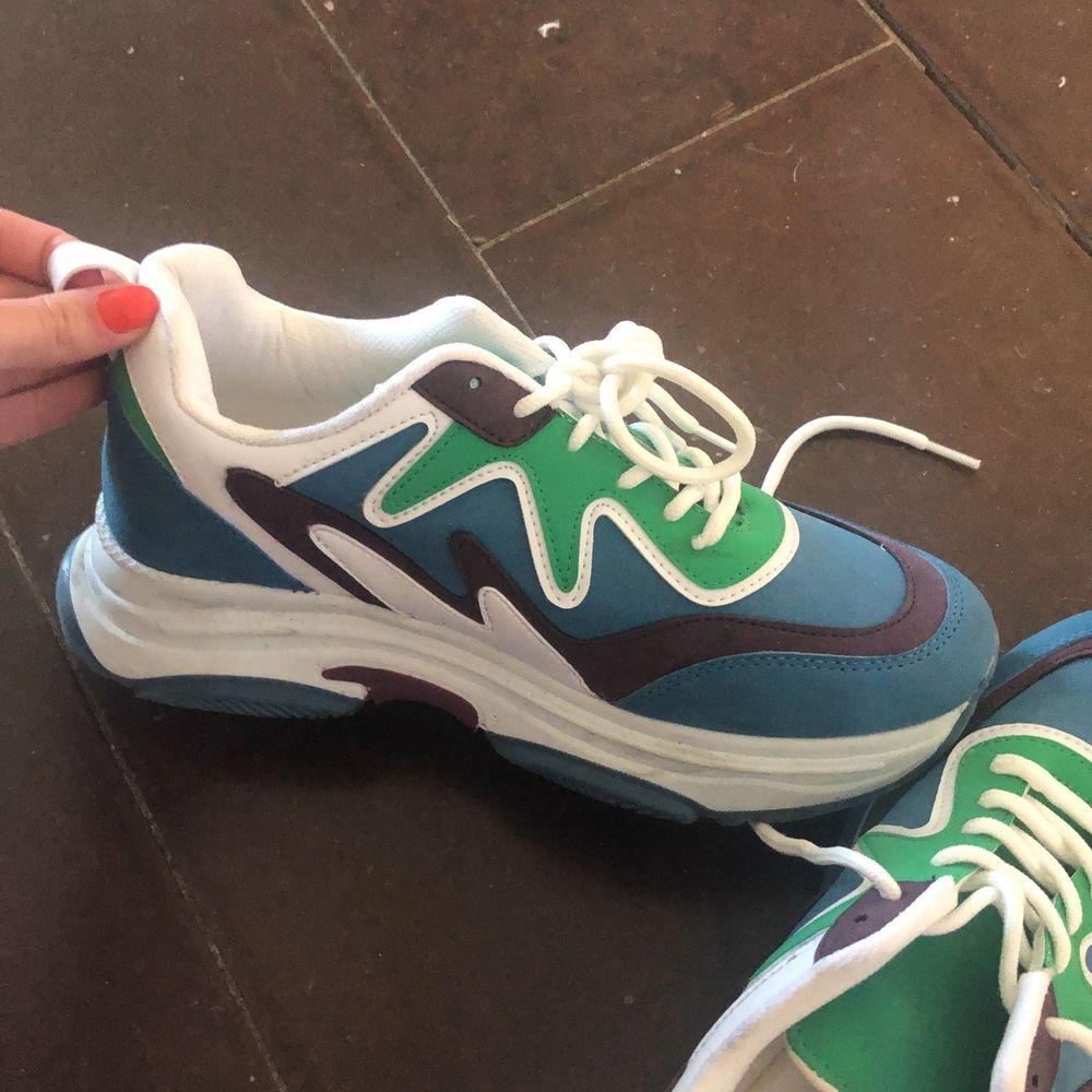 Använda en gång!! Sneakers från Nelly, nypris 899kr. . Skor.
