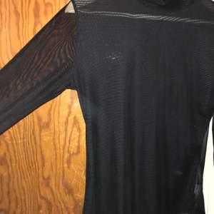 Meshtröja från nakd med polokrage. Den är storlek L men passar även m och vissa s. Mörkare där fram så man inte ser lika mycket igenom som på ryggen