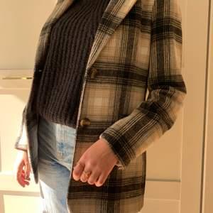JÄTTE fin kappa från h&m som är använd max tre gånger💗super fina färger nu till hösten och sitter as bra💞passar både xs och s🤩priset är ink frakt
