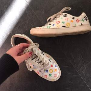 Ett par Louis Vuitton skor jag målat på själv 🤩🤩 Storlek 38!