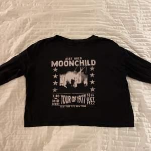 Svart långärmad tröja med tryck. Köpt från Gina Tricot i strl M. Tunt material.