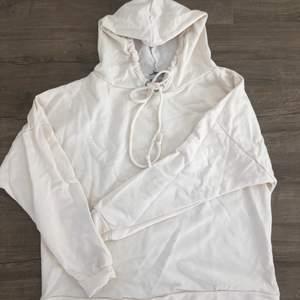 Oversizes creme hoodie från boohoo, aldrig använd ensdast testad, legat nerpackas i en påse därav skrynklig, snyggt tyck på baksidan