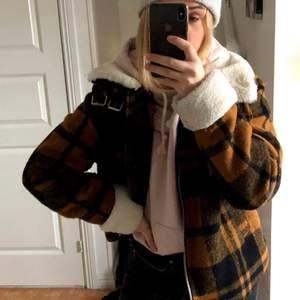 Säljer min jättefina vinterjacka från h&m i storlek L. Bra skick och jackan är varm✨