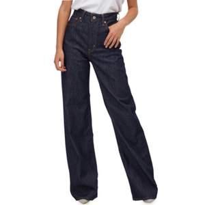 """Är tyvärr tvungen att sälja mina älskade Levi's jeans då dem blivit för små. Dom är i modellen """"Levi's Ribcage Wide Leg Jeans"""" och i finaste mörkblåa färgen """"High and Mighty"""". Dom är väldigt långa och går ner i marken på mig som är 175! Nyskick."""