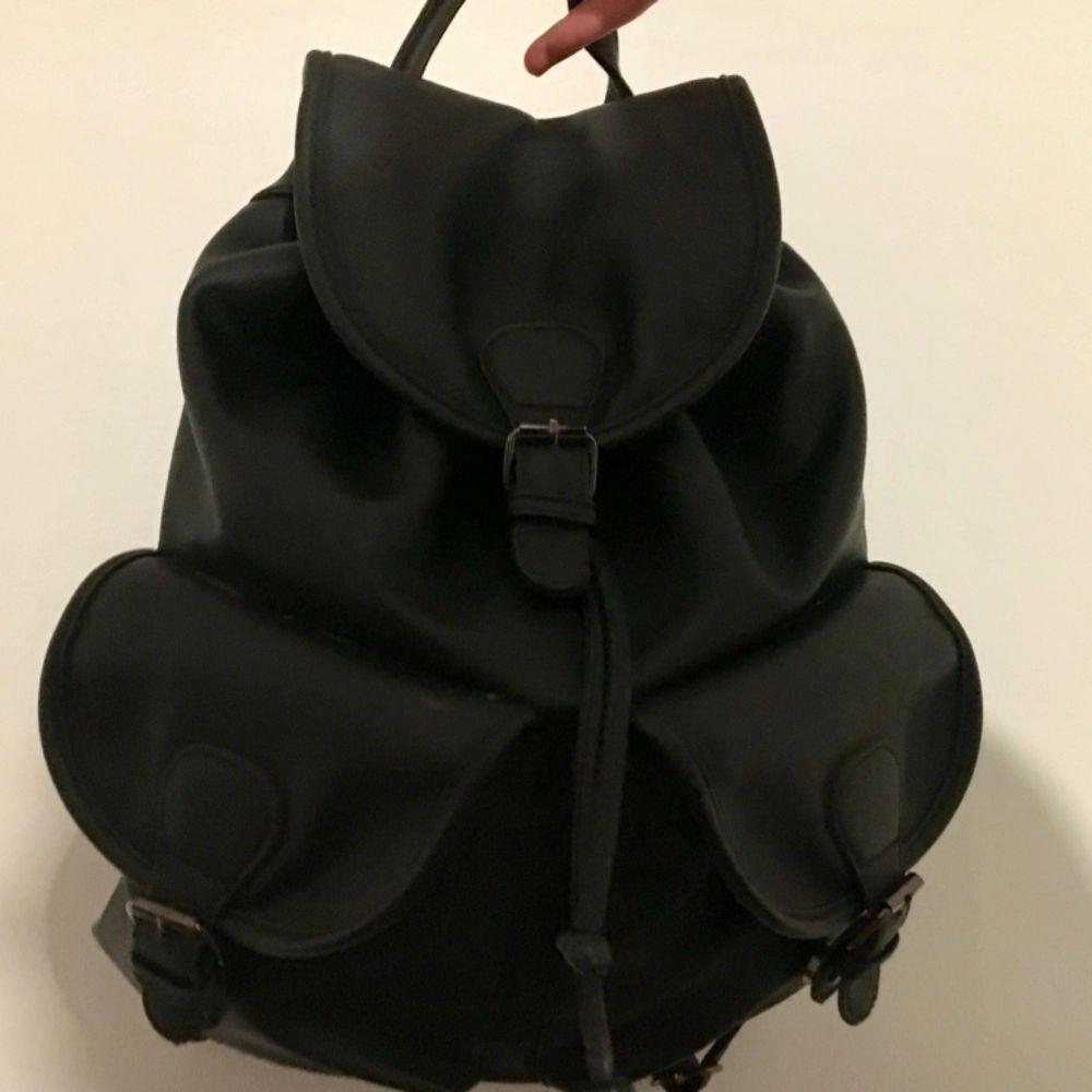 Even&Odd Ryggsäck/väska 🌸 använt ca 5 månader under normala förhållanden. Det enda slitna är remmen man stänger den med (se bild 2), ganska förväntat. Annars i fint stick.. Väskor.