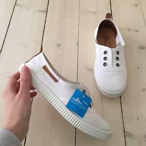 Helt nya Marstrand skor i storlek 37 köpta för 400kr. Säljes för att jag har storlek 38 tyvärr.. helt oanvända och superfina! Kan mötas upp i Sthlm eller skickas med posten.
