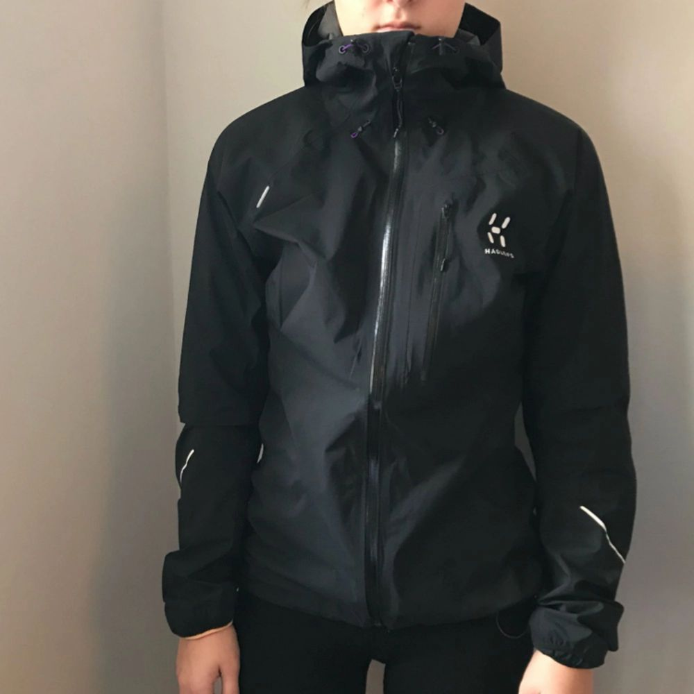 En helt ny Haglöfs jacka från L.I.M series i storlek XS! Jackan är svart men har lite lila detaljer. Den är helt oanvänd. Nypris: 1599kr  Jag kan frakta så länge köparen står för frakten & jag har swish💌. Jackor.