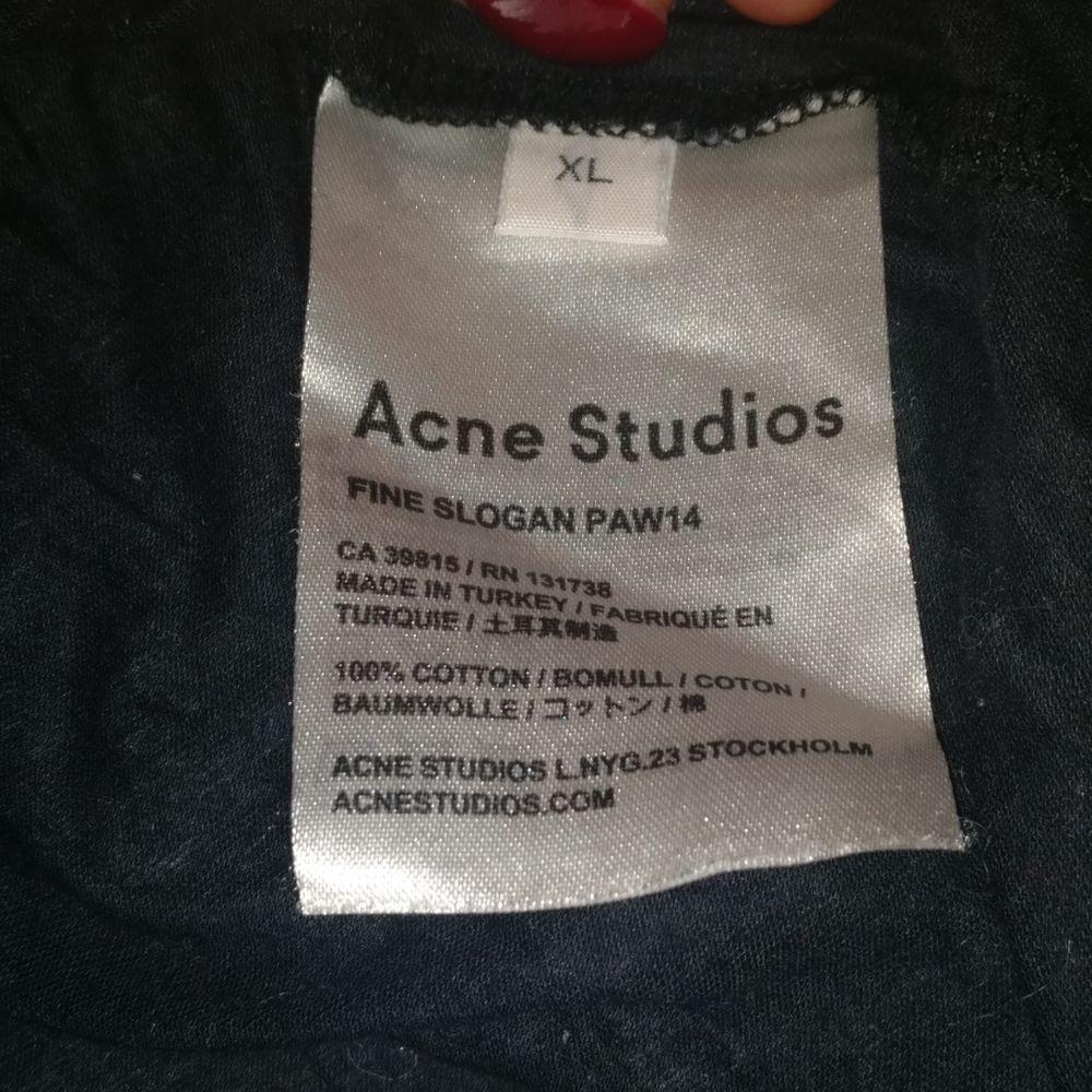 T-shirt av Acne  Storlek XL (jag har storlek XS/S annars för ref)  Köparen står för frakt! . T-shirts.