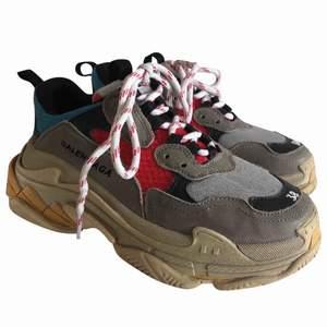 Det er kun skoene, der medfølger ikke noget til dem desværre. Kan hentes i København eller sendes.