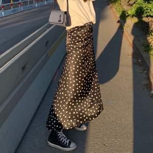 Säljer min fina kjol från zara som tyvärr inte kommer till användning längre. Skicket är som nytt då den endast är använd 2 ggr💕💓Har en slits