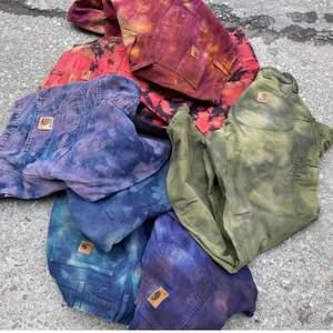 Super fina carthartt jeans ifrån Pmp i Stocholm! Köpta nu i somras för 1200kr och de finns bara ett exemplar av dessa då alla färger är unika! Det är herr model så dem är lite stora i på mig som vanligtvis är 38 i stolen! Men super Coola och perfekta med ett skärp!