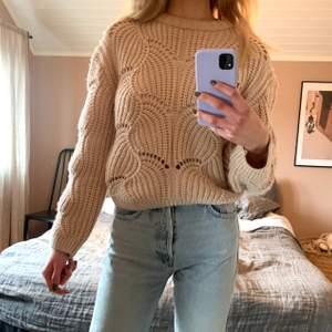 Stickad tröja från Gina Tricot i fint skick. Storlek XS. Kan skickas om köpare står för frakt! 🥰