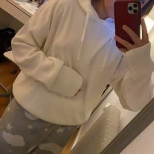 Säljer min oanvända stickade hoodie som är mycket lik Soft goat. Har t.o.m kvar prislapp och i stl s/m. Så skön men har liknande så denna används ej! Buda!💫