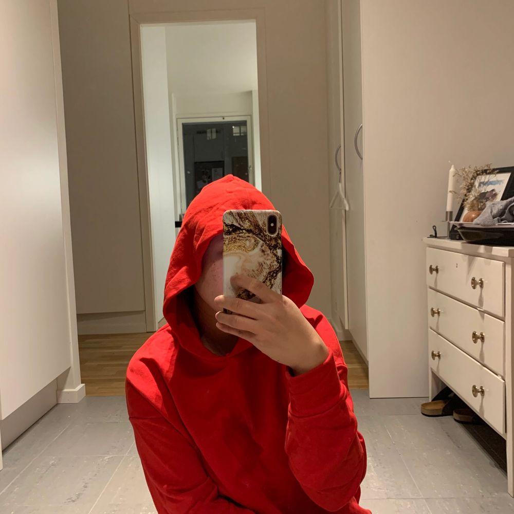 Cool hoodie från Na-kd. . Huvtröjor & Träningströjor.