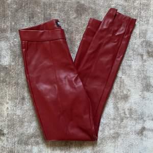 Röda skinnbyxor från zara som använts fåtal gånger. Bra skick. Slitsöppning i fram sidan. Pris + frakt. BUDA!