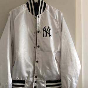 En New york Yankees jacka! Köpt i New york. I gott skick och har inte använt så mycket då de inte är min stil så mycket. Köpt för 1500kr. Skulle säga att det är mer som en M än S.