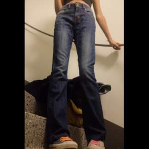 Väldigt sköna byxor i mörkblått jeansmaterial. Jag på bilden är 175 cm och de passar mig perfekt! Frakt 60kr❣️