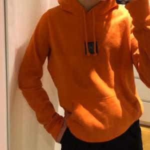 Orange hoodie som jag själv har gjort om! Storlek L men passar äcen mindre storlekar.