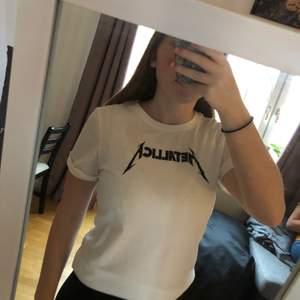 Metallica tröja från H&M som knappt är använd. Vänligt skön och snygg men använder den aldrig