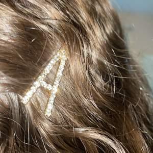 Oanvänd bobby pin eller hårspänne med motivet bokstaven A.