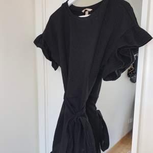 Klänning från HM med fina volangärmar, skärp som går att knyta runt som framöver kroppen fint. Även volang nertill på klänningen. Knappt använd och är i mkt gott skick! Storlek S men passar XS-M pga stretchigt material.