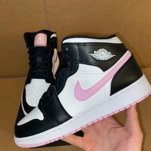 Säljer nu dessa Jordan 1 artic pink i storlek 38. Dom är helt oanvända då dom var för små för min flickvän. Budgivning sker från 1kr!!
