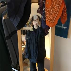 En mörkblå vinter jacka med stora fickor och manchester tyg på kragen. Sitter oversized på mig som brukar ha M. Den passar nog allt från M till XL beroende på hur man vill att den ska sitta. Varm o perfekt till vintern