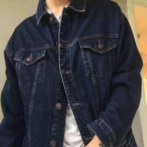 Mörkblå denimjacka från Urban Outfitters.  Använd men i samma skick som när den köptes💙Lite frakt tillkommer.