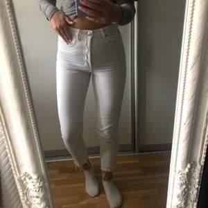 Säljer ett par super fina vita jeans i storlek 36, dom är i super fint skick och säljs då dom tyvärr inte kommer till användning längre💕💕