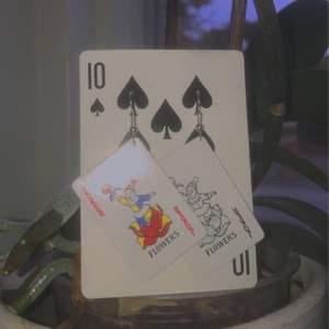 Säljer dessa coola handgjorda joker kort örhängen:) Kostar 50kr+11kr frakten🥺✨🃏kan även tillverka i Queen, King, 69 osv kort som örhängen bara yt skicka iväg en dm😌❤️