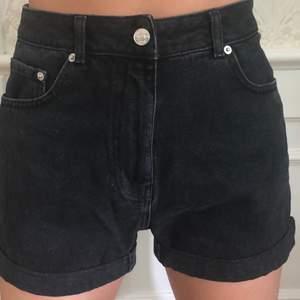 Mörkgråa/svarta snygga jeansshorts från nakd! Strl 36 men passar 38 också. Köpare står för frakt :)