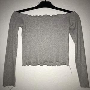Grå offshoulder tröja från Missay. Knappt använd och i bra skick. Väldigt stretchig. Croppad så går inte hela vägen ner till midjan. Frakt mot kostnad :)