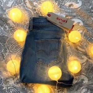 Ljusblåa Levis jeans, aldrig använda och prislapp kvar. I modellen 721 high rise skinny. Storlek 28x34. Alltså som S/M. Nypris 199 euro, ca 2000kr, mitt pris 500kr 💙 går alltid att förhandla om pris!! ⚡️