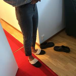 Basic jeans som kramar om bena mjukt. Mina ben har vuxit så de känns lite korta. Jag är 163 cm lång :). De är washed grey i färgen. 🌪🐘💕
