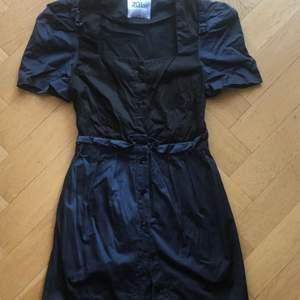 Klänning från minimarket i mörkblått och svart. Knappar på framsidan. Storlek small