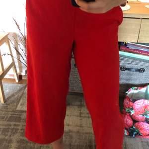 Byxorna går som ni ser till hälften av smalbenen. De är ett par festliga fina byxor med knappar på sidorna. Använda medel