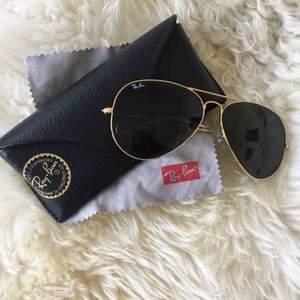 Säljer mina äkta Rayban Aviator Classic glasögon med guldbåge för 50%. Knappt använda då jag använt ett annat par mer. Inga repor eller slitage. Fodral + putsduk ingår.   Frakt betalar köparen.   Nypris: 1550kr