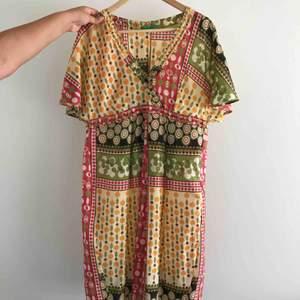 Hittar ingen storlek på plagget som skulle säga att det är s/m iallafall en super fin färgglad klänningen för den som vågar🦋