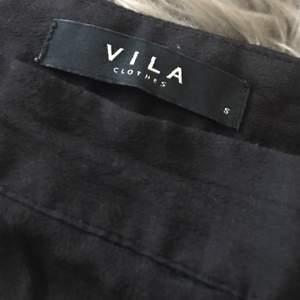🌻 svarta vida byxor från VILA 🌻 kan skickas, då står du för frakt, ca 40kr 🌻🌻🌻🌻🌻🌻