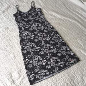 Blommig klänning med tight passform från Esprit