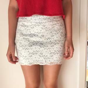 Vit spets kjol med grå fordring i storlek S Abercrombie & Fitch Betalning sker via swish  Köparen står för frakt