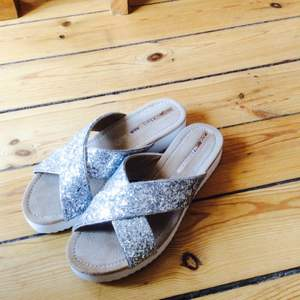 Helt nyköpta sandaler från Mykonos, använda endast en gång.