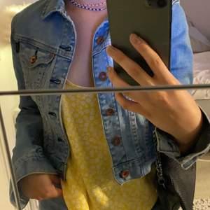 Croppad jeansjacka från crocker , storlek Xs. Möts upp i Stockholm annars står köparen för fraktpriset.
