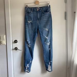 Jeans med jättemjuk stretch. Köpt på Forever21 i Paris för 2 år sedan. Knappt använda pga de har blivit för stora för mig. Skulle nog passa även en 44!Jättesköna! Frakten ingår redan i priset!