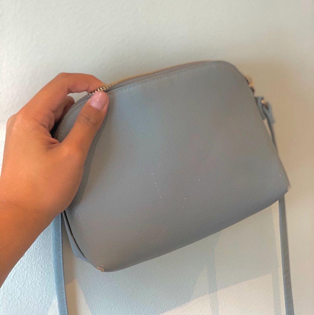 Hittade mitt gamla handväska från H&M. Det är ganska sliten men går fortfarande att använda. Väskor.