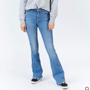 """Blåa bootcut jeans från dr.denim. Säljer då dom inte kommer till användning, använda Max fem gånger så nyskick. Dem är """"34"""" i längd och går ner till marken på mig som är ca 173 cm. Fraktar helst men kan mötas i sthlm."""