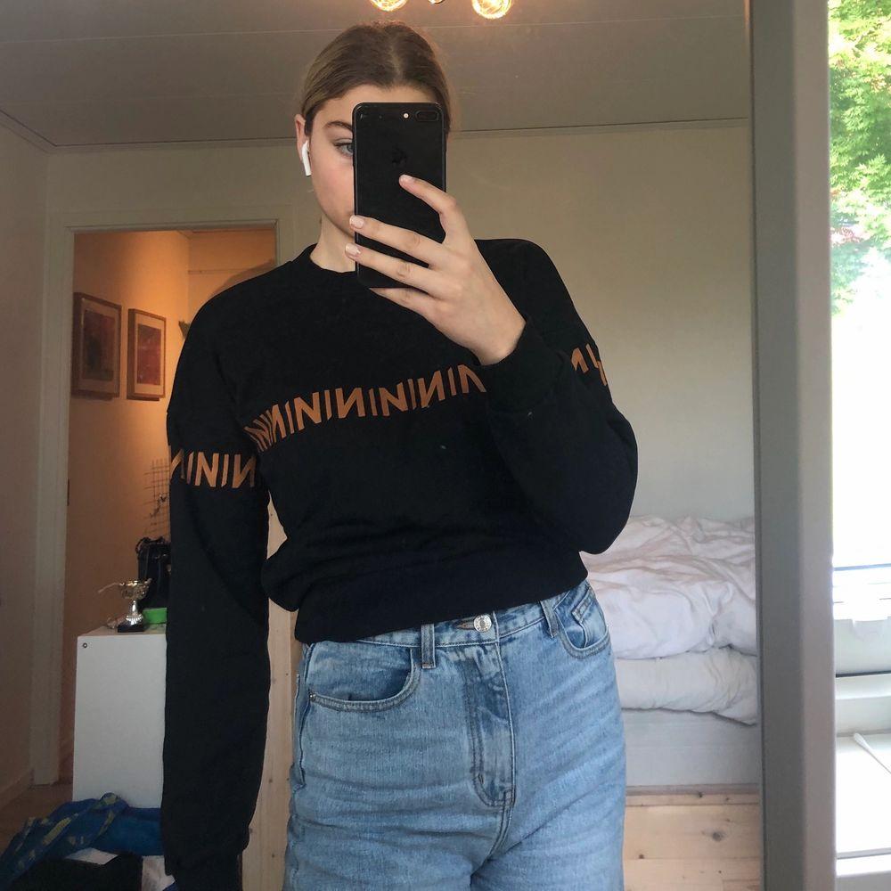 Superfin sweatshirt från NA-KD i toppenskick, används tyvärr för lite! Skriv om ni har några frågor 😇. Tröjor & Koftor.