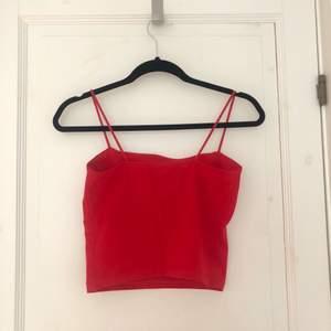 Croppat linne med rak skärning i en röd färg. Från bik bok.